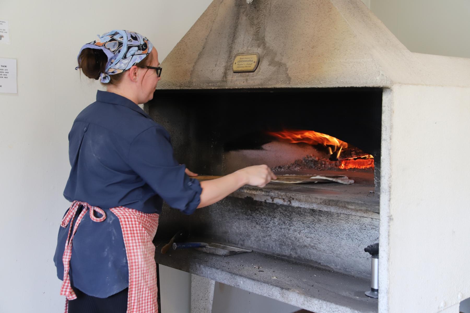 Melanie bakar tunnbröd till Ottsjödagarna 2019.